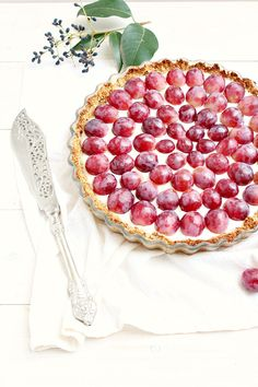 Granola Crust Greek Yogurt Fruit Tart: so healthy you could have it for breakfast!