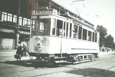 Eine seltene Aufnahme der hier noch vorhandenen Strassenbahn-Endhaltestelle direkt vor dem Fernbahnhof Zoo. Im Zuge der ersten Streckenstilllegungen zwischen 1954-58 wurden die Gleise hier entfernt,und stattdessen die Omnibus-Haltestellen auf dem Hardenbergplatz angelegt. Der Solotriebwagen der Linie 77 steht an der durch Kriegseinwirkungen noch unverglasten Bahnhofshalle,1948