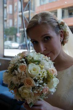 boda de blanca y julián Castellón, con un ramo de bola en tonos crema con rosas de diferentes tonos