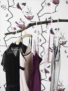 Galgar med vita pärlor, 39 kr/st, Berry. Tygklädd galge, 20 kr, Old touch. Svart klänning, 495 kr, r...