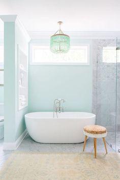 Une salle de bain aux murs pastel