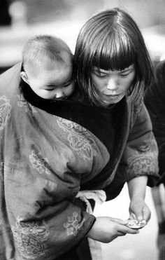 Long-Lost Photos Show What Hasn't Changed About Motherhood In 50 Years /;)