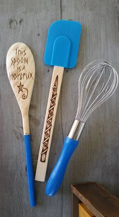These Harry Potter kitchen tools. 27 Awesome Products To Geek Out Your Kitchen Kitchen Sets, Kitchen Tools, Kitchen Gadgets, Kitchen Stuff, Dinner Is Coming, Potters House, Idee Diy, Geek Out, Pyrography