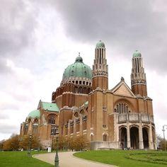 Die Nationalbasilika des Heiligen Herzens (französisch Basilique Nationale du Sacré-Cœur) ist eine Basilika im Art-déco-Stil, die zwischen den Jahren 1905 und 1970 erbaut wurde. Sie soll die fünftgrößte Kirche der Welt sein und befindet sich auf dem Gebiet der Brüsseler Gemeinden Koekelberg (Kugelberg) und Ganshoren. Von hier aus – besonders auf der 53 m hohen Aussichtsplattform – kann man eine schöne Aussicht auf das darunterliegende Stadtgebiet Brüssels genießen. Art Deco Stil, Kirchen, Taj Mahal, Building, Travel, Europe, World's Fair, Communities Unit, Belgium