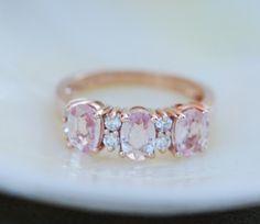 Pfirsich-Saphir-Jubiläum Ring 3 Stein Ring 14k rose gold Diamantring von Eidelprecious. von EidelPrecious auf Etsy https://www.etsy.com/de/listing/251769335/pfirsich-saphir-jubilaum-ring-3-stein