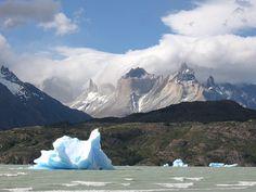 El parque nacional Torres del #Paine en #Chile, se encuentra en la Región de #Magallanes y de la Antártica Chilena. El entorno de este majestuoso #paisaje de clima trasandino es plural y extenso y  se compone principalmente de mazizos montañosos, glaciares y bellísimas lagunas y lagos.