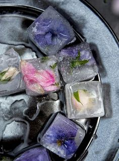 These ice cubes with flowers you can eat, will make your summer drinks be a hit .
