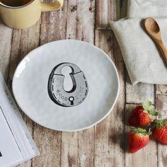 Poner la mesa se convertirá en un placer. Este bonito plato de cerámica moldeado a mano está lleno de encanto, sus suaves curvas irregulares propias de un producto artesanal te harán disfrutar mucho más tus desayunos. ¿Una cena con invitados? les dejarás boquiabiertos con una vajilla así. Producto Vegan Friendly