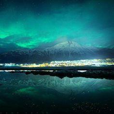 Una aurora boreal iluminando una delgada capa de nubes sobre Isfjord, Noruega. Publicado por: @lncredibIeSpace