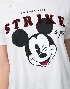 Camiseta BSK Mickey lentejuelas y texto. Descubre ésta y muchas otras prendas en Bershka con nuevos productos cada semana