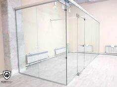 Pereți de sticlă. Folosiți pentru delimitarea spațiului interior. #util #comod #glass #walls #office #interiordecor #officedecor #saintgobainglass #glassdesign #glasswalls Saint Gobain Glass, Glass Walls, Offices, Divider, Bathtub, Bathroom, Interior, Modern, Furniture
