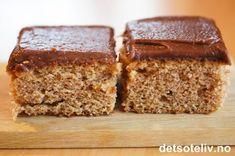 Dette er en gammel oppskrift fra bygda som opprinnelig har koppemål. Saup er et gammeldags ord for surmelk. Kakene er holdbare og smaker nydelig av kanel, sjokolade og kaffe. Oppskriften er til stor langpanne. Norwegian Food, Food Cakes, Something Sweet, Dessert Bars, No Bake Desserts, Let Them Eat Cake, Yummy Cakes, No Bake Cake, Cake Cookies