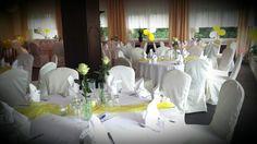 Romantische Hochzeit in Gelb und Weiss mit grünen Akzenten im Panorama Saal im Hotel Seeschloss am Bötzsee .