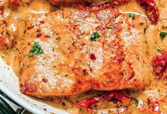 The recipe for salmon with a creamy sundried tomato sauce! - It's a delicious, very healthy salmon recipe with a creamy sun-dried tomato sauce. Healthy Pizza Recipes, Whole30 Fish Recipes, Meat Recipes, Food Processor Recipes, Goulash Recipes, Recipes With Fish Sauce, Salmon Recipes, Sun Dried Tomato Sauce, Seafood Recipes