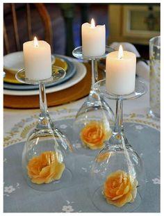 Velas com taças e flores