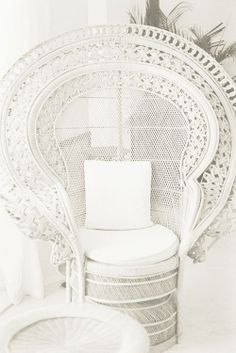 Very beautiful peacock chair, but I would definitly add some colour!: Very beautiful peacock chair, but I would definitly add some colour! Decoration Inspiration, Interior Inspiration, Decor Ideas, Deco Boheme, Style Deco, White Cottage, Wicker Furniture, White Furniture, Furniture Ideas