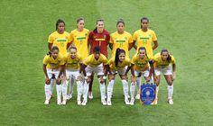 Seleção feminina posa para a foto antes da partida contra a Grã-Bretanha nos Jogos Olímpicos de 2012. Foto: Ricardo Stuckert - CBF