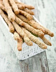 I grissini sono buoni anche senza frumento: ecco un modo per prepararli in casa utilizzando la farina di riso e quella di grano saraceno. Croccanti e golosi...