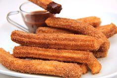Churros - przepis: Churros to hiszpański wypiek z ciasta parzonego, smażony na głębokim oleju. Najczęściej podawane są w Argentynie z dulce de leche, nadziewane czekoladą lub wanilią. A w Madrycie podaje się je zanurzane w gęstej, gorącej czekoladzie. Rewelacyjny przepis na churros!;)