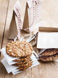 Anzac biscuits - Donna Hay - Quick and easy dinner or decadent dessert - recipes for any occasion. Biscuit Cookies, Biscuit Recipe, Cookie Recipes, Dessert Recipes, Recipes Dinner, Vanilla Cookies, Galletas Cookies, Sweet Recipes, Bonbon