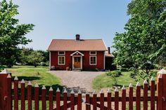 En charmig 1800-talsgård med riktig lantlig känsla är nu till salu utanför Falköping