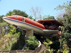 No simple plane wreck. In Costa Rica one can spend the night in an old Boeing placed high in the trees.