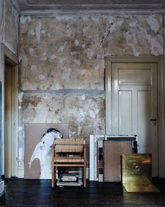 〈THE WORK IN PROGRESS〉明るい灰色の外壁を深緑の窓枠が引きたてている。これは典型的なコペンハーゲンの住宅。