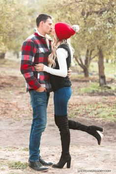 Family Photos: What to wear, color guide and poses to get inspired. Winter Family Pictures, Christmas Pictures Outfits, Cute Family Photos, Family Picture Outfits, Family Posing, Christmas Photos, Family Portraits, Christmas Couple, Winter Family Photography