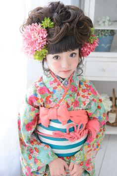 Japanese kimono little girl. Yukata Kimono, Kimono Japan, Kimono Fabric, Japanese Kimono, Geisha Japan, Japanese Kids, Modern Kimono, Japanese Costume, Kanzashi