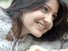 Smiling face Anushka Sharma Beautiful Whatsapp dp latest pics imgs free