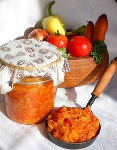 Ingrediente: 2 kg ardei capia, 2 kg gogosari, 2 kg ardei grasi(galbeni, verzi,), 4 kg rosii, 1 kg morcovi, 1 kg ceapa, 300 g orez, 500 ml ulei, frunze de telina , patrunjel verde (optional) sare, piper macinat, 1 lingura praf conservant, Preparare: Morcovii se curata, spala si se dau pe razatoarea mare.Ceapa se curata,spala