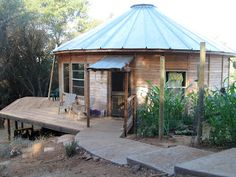 Yurt with wraparound porch and adjacent garden Yurt Living, Gypsy Living, Yurt Interior, Yurt Home, Silo House, Dome House, Beach Bungalows, Earth Homes, Earthship