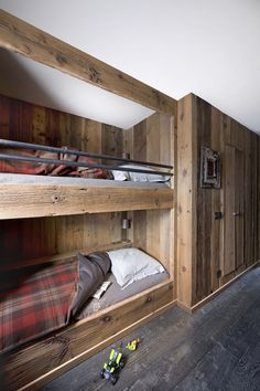 Inspirerende luksusunivers - Luksushytte i Alpene - Bo-Bedre. Rustic Bunk Beds, Cabin Bunk Beds, Bunk Beds Built In, Bunk Beds With Stairs, Chalet Design, Cabin Design, Gite Rural, Rustic Stairs, Basement Bedrooms