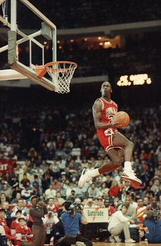 Michael Jordan in the most epic NBA dunk contest photos ever taken. Michael Jordan Basketball, Michael Jordan Pictures, Michael Jordan Photos, Michael Jordan Dunking, Jordan 23, Jordan Bulls, Sport Basketball, Basketball Legends, Basketball Players
