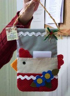 Lindo porta recados para você anotar sua lista de supermercado, por exemplo. Confeccionado em feltro de boa qualidade.    Personalize o seu! Felt Crafts, Fabric Crafts, Sewing Crafts, Diy And Crafts, Crafts For Kids, Sewing Machine Embroidery, Hand Embroidery, Small Sewing Projects, Love Sewing