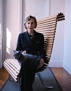 Une grande femme s'est éteinte samedi 19 janvier 2013 en la personne d'Andrée Putman. La créatrice pose ici sur son banc Eléphant, imaginé pour le CAPC musée d'art contemporain de Bordeaux, en 1990.