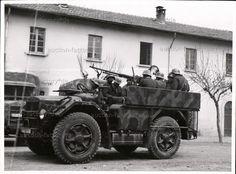 """On y voit des véhicules du """"NSKK Transportkorps Speer"""" dans l'Italie du Nord dans le second semestre 1944. Plaque d'immatriculation avec """"OT..."""