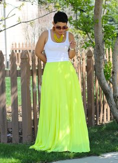 Neon Pleated Chiffon Skirt / Fashion by Mimi G The beaded necklace does a nice job balancing out the intensity of the skirt. Skirt Outfits, Chic Outfits, Fashion Outfits, Chiffon Skirt, Dress Skirt, Spring Summer Fashion, Spring Outfits, Neon Skirt, Look 2017