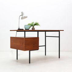 https://www.pamono.fr/mid-century-modern-teak-steel-desk-1960s