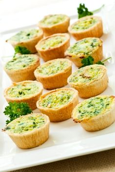 Mini Quiches with Cheese and Spinach bridal brunch Mini Quiches, Vegetable Quiche, Vegetable Recipes, Appetizers For Party, Appetizer Recipes, Costco Appetizers, Bridal Shower Appetizers, Appetizer Ideas, Quiche Cups