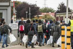 Vluchtelingen melden zich bij het asielzoekerscentrum in Ter Apel. Mensen die verdacht worden van oorlogsmisdaden, krijgen het stempel 1F.