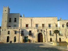 Palazzo Risolo a Specchia (provincia di Lecce), situato nel cuore del centro storico, è una costruzione cinquecentesca. Il sito, in virtù della posizione strategica, fu occupato sin dall'età medievale da un castello. Tutt'intorno, una possente cinta muraria proteggeva il piccolo abitato.