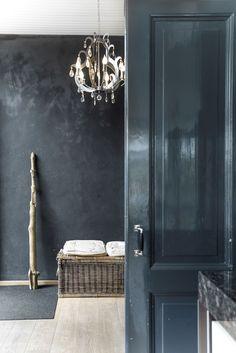 Zwarte muren hoogglans zwarte klassieke deuren.