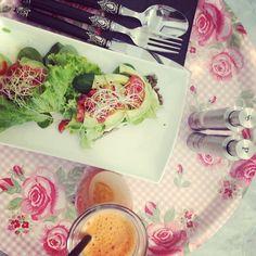 avokadobrötchen & karotten-apfel-ingwer juice á la bon appetit! Vegan Sweets, Raw Vegan, Bon Appetit, Juice, Bakery, Instagram Posts, Carrots, Juices, Juicing