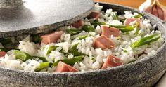 Incrementando um pouco o arroz nosso de cada dia. Ingredientes: 2 colheres de sopa de óleo 2 dentes de alho picados 2 xícaras d...