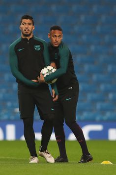 Luis Suarez (L) of Barcelona looks on next to team-mate Neymar during a training session ahead of the UEFA Champions League match between Manchester City and Barcelona at the City Football Academy on October 2016 in Manchester, England. Fc Barcelona Neymar, Barcelona Futbol Club, Barcelona Soccer, Manchester United Soccer, Manchester City, Manchester England, Soccer Players, Soccer Sports, Nike Soccer