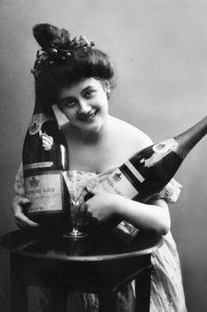 1900 Woman with Champagne. Vintage Pictures, Old Pictures, Old Photos, Weird Vintage, Vintage Ladies, Vintage Year, Vintage Woman, Vintage Stuff, Wine Jokes