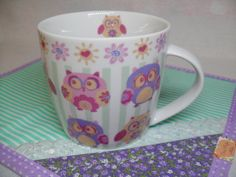 Kit de Caneca com estampa de Corujinhas e Mug Rug em tecido. R$ 39,00