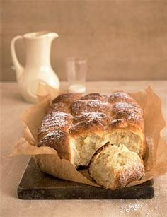 Rezept: Gefüllte Buchteln - Hefeteig aus dem Ofen mit Pflaumenmus gefüllt - http://www.livingathome.de/kochen-feiern/rezepte/9169-rzpt-rezept-gefuellte-buchteln