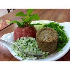 Tutorial de comer o melhor kibe cru da sua vida? 1- sai de casa; 2- vai no Dozza!  Comida armênia com atendimento top. Abriu um pertinho de casa há 8 dias. #ixirango ❤️
